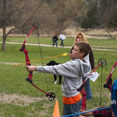 Schulausflug mit Pfeil und Bogen